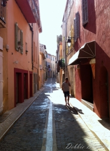narrow-terricota-street-in-cassis-12_0