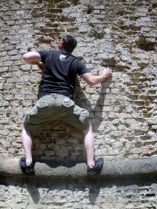 climbing-the-wall-in-san-gimignano-italy-09