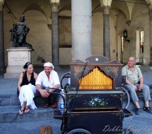 flirting-organ-grinder-lucca-italy-09